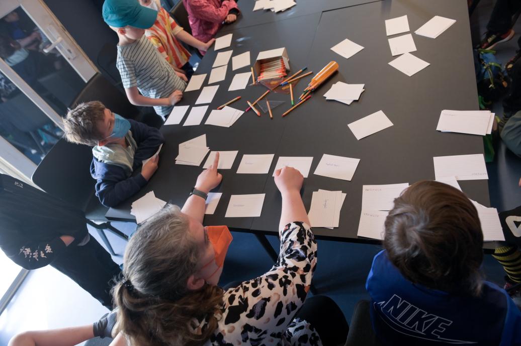Campteilnehmer arbeiten mit Karteikarten